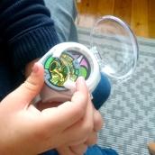 Insertion dans la montre Yo Kai Watch